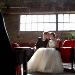HEIJBLOM FOTOGRAFIE-Bruidsfotografie-Lijm-en-Cultuur-bruidspaar-op-bioscoopbank