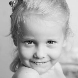 HEIJBLOM FOTOGRAFIE-Kinderfotografie-portret-meisje-in-zwart-wit
