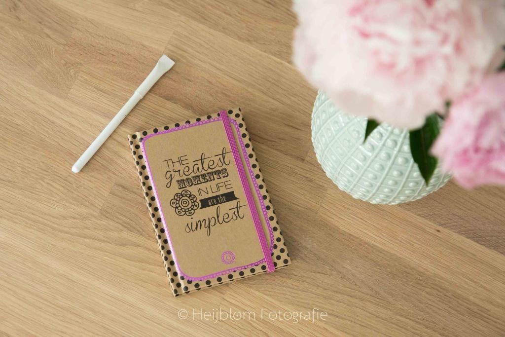 HEIJBLOM FOTOGRAFIE-Blog-pioenrozen-met-pen-en-opschrijfboekje