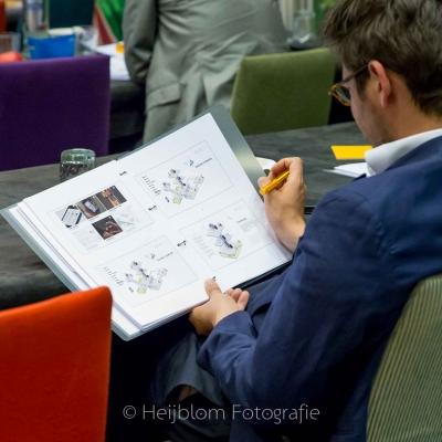 HEIJBLOM FOTOGRAFIE-Evenementenfotografie-Spryg-Duurzaam-Vastgoed-brochure-lezen