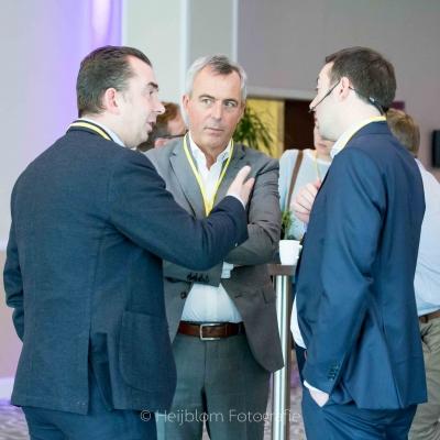 HEIJBLOM FOTOGRAFIE-Evenementenfotografie-Spryg-Vlaamse-Omgevingsvergunning-2017-mannen-netwerken-in-foyer