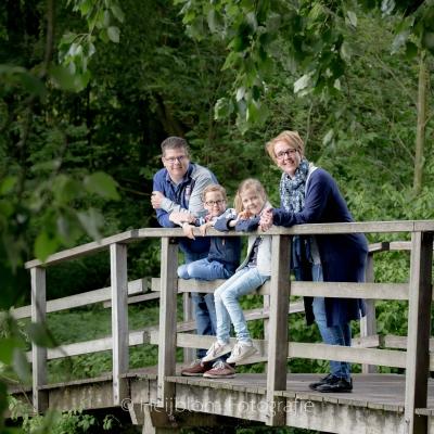 HEIJBLOM FOTOGRAFIE-Familiefotografie-Biesbosch-gezin-op-de-brug