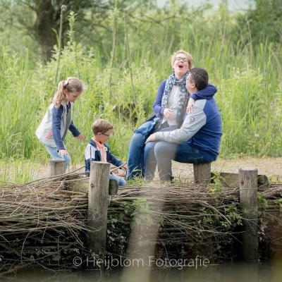 HEIJBLOM FOTOGRAFIE-Familiefotografie-Biesbosch-gezin-op-de-waterkant
