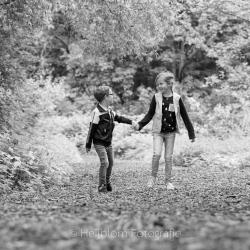 HEIJBLOM FOTOGRAFIE-Familiefotografie-Biesbosch-hand-in-hand-in-het-bos