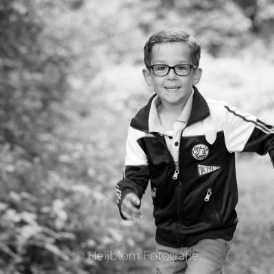 HEIJBLOM FOTOGRAFIE-Familiefotografie-Biesbosch-jongen-rennend-in-het-bos