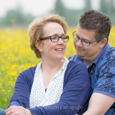 HEIJBLOM FOTOGRAFIE-Familiefotografie-Biesbosch-lovebirds-in-het-weiland