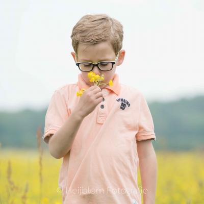 HEIJBLOM FOTOGRAFIE-Familiefotografie-Biesbosch-ruiken-aan-een-bloem