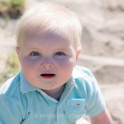 HEIJBLOM FOTOGRAFIE-Familiefotografie-Strijen-Sas-Baby-op-het-strand