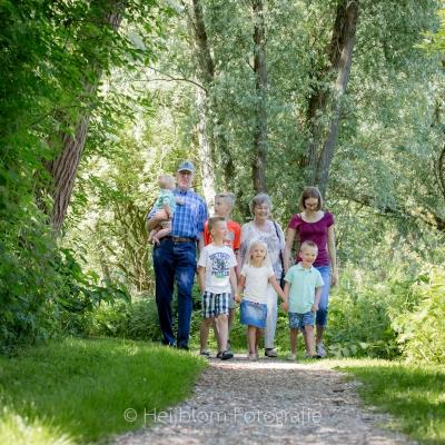 HEIJBLOM FOTOGRAFIE-Familiefotografie-Strijen-Sas-boswandeling-met-kleinkinderen