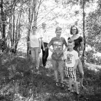 HEIJBLOM FOTOGRAFIE-Familiefotografie-Strijen-Sas-gezin-onder-de-bomen