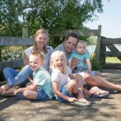 HEIJBLOM FOTOGRAFIE-Familiefotografie-Strijen-Sas-gezin-op-de-brug