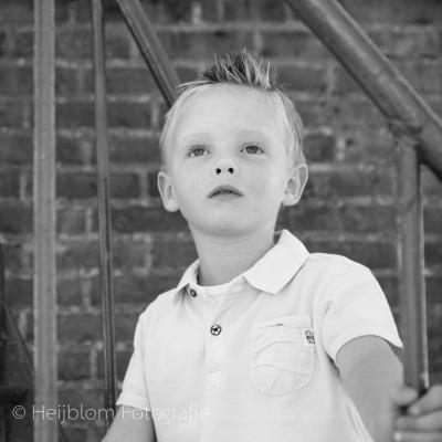HEIJBLOM FOTOGRAFIE-Familiefotografie-Strijen Sas-jongen-op-de-trap