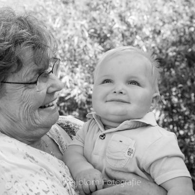 HEIJBLOM FOTOGRAFIE-Familiefotografie-Strijen-Sas-oma-met-kleinkind