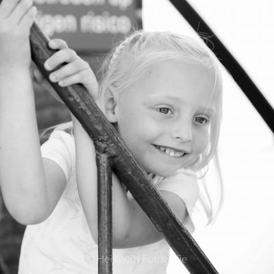 HEIJBLOM FOTOGRAFIE-Familiefotografie-Strijen-Sas-portret-meisje-op-de-trap