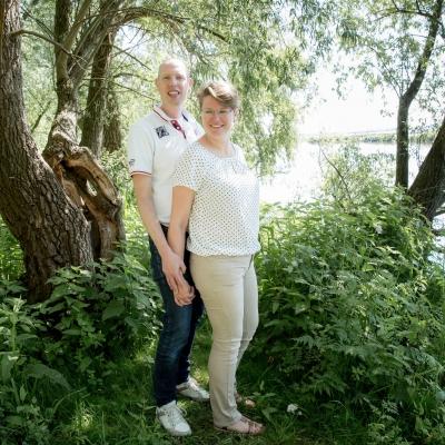 HEIJBLOM FOTOGRAFIE-Familiefotografie-Strijen-Sas-stelletje-onder-de-bomen-bij-het-water