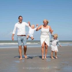 HEIJBLOM FOTOGRAFIE-Familiefotografie-gezin-op-het-strand-Hoek-van-Holland