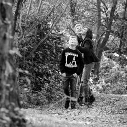 HEIJBLOM FOTOGRAFIE-Familiefotografie-samen-in-het-bos