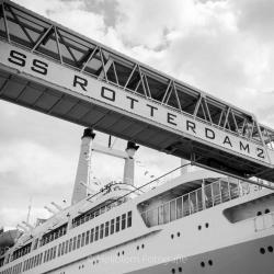 HEIJBLOM FOTOGRAFIE-Vrij-werk-SS Rotterdam-loopbrug-zwart-wit