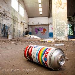 HEIJBLOM FOTOGRAFIE-Vrij-werk-spuitbus-in-een-garage-doel-belgië