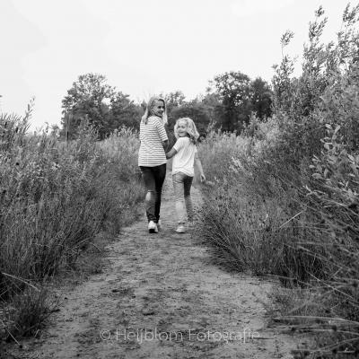 HEIJBLOM FOTOGRAFIE-familiefotografie-Mastbos-Breda-hand-in-hand-wandelen