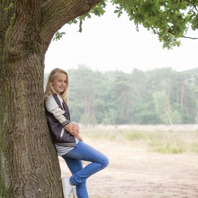 HEIJBLOM FOTOGRAFIE-familiefotografie-Mastbos-Breda-meisje-onder-een-boom