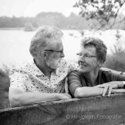 HEIJBLOM FOTOGRAFIE-familiefotografie-Mastbos-Breda-opa-en-oma-op-een-bankje