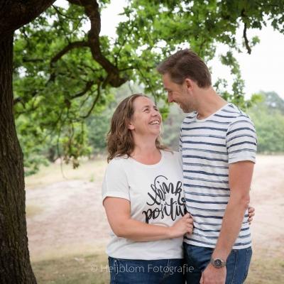 HEIJBLOM FOTOGRAFIE-familiefotografie-Mastbos-Breda-stelletje-onder-een-boom