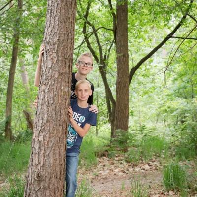 HEIJBLOM FOTOGRAFIE-familiefotografie-Mastbos-Breda-twee-jongens-achter-een-boom
