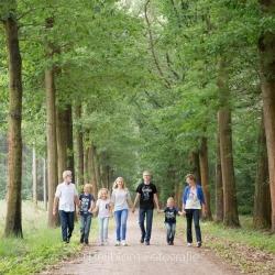 HEIJBLOM FOTOGRAFIE-familiefotografie-Mastbos-Breda-wandelen-met-oma-en-opa