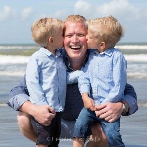 HEIJBLOM FOTOGRAFIE-familiefotografie-vader-met-zoons-op-het-strand-Hoek-van-Holland