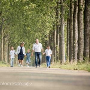 HEIJBLOM FOTOGRAFIE-familiefotografie-Ambachtsheerlijkheid-Numansdorp-wandelen-in-een-bomenlaan