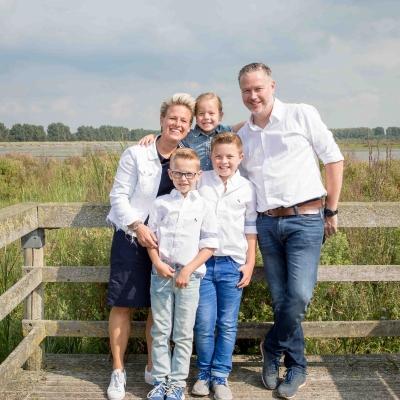 HEIJBLOM FOTOGRAFIE-familiefotografie-Numansdorp-Ambachtsheerlijkheid-familie-op-steiger