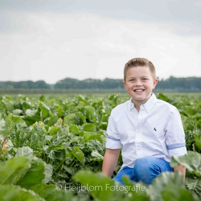HEIJBLOM FOTOGRAFIE-familiefotografie_Numansdorp_jongen_tussen_de_bieten