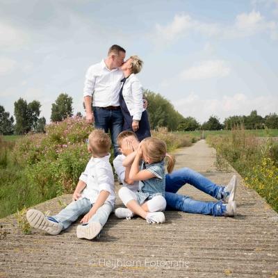 HEIJBLOM FOTOGRAFIE-familieshoot-Numansdorp-Ambachtsheerlijkheid-gezin-op-de-steiger