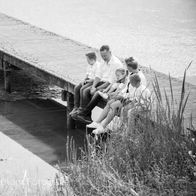 HEIJBLOM FOTOGRAFIE-familieshoot-Numansdorp-zwart-wit-gezin-op-de-steiger