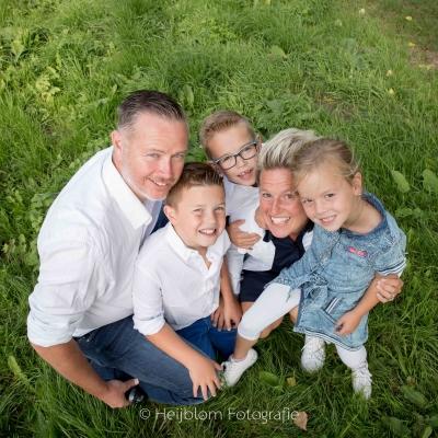 HEIJBLOM FOTOGRAFIE-familieshoot-familieportret-in-het-weiland
