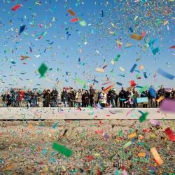 HEIJBLOM FOTOGRAFIE - bouwfotografie-eerste-paal-Torensteepolder-Numansdorp-mensen-met-confetti