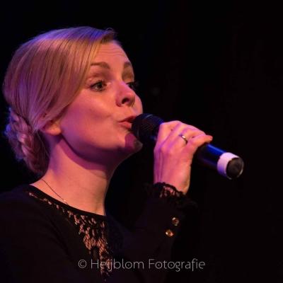HEIJBLOM-FOTOGRAFIE-evenementenfotografie-passie-van-pasen-'s-Gravendeel-zangeres-met-microfoon