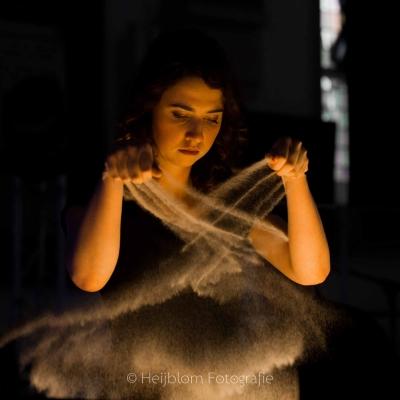 HEIJBLOM-FOTOGRAFIE-evenementenfotografie-passie-van-pasen-'s-Gravendeel-zandprinses-laat-zand-vallen