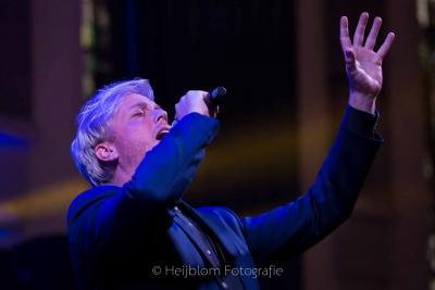 HEIJBLOM-FOTOGRAFIE-evenementenfotografie-passie-van-pasen-'s-Gravendeel-zanger-Remko-Harms-met-hand-omhoog