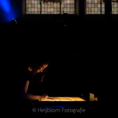 HEIJBLOM-FOTOGRAFIE-evenementenfotografie-passie-van-pasen-'s-Gravendeel-zandprinses-voor-glas-in-lood-raam
