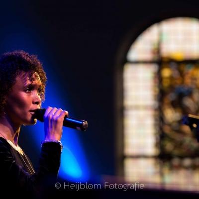 HEIJBLOM-FOTOGRAFIE-evenementenfotografie-passie-van-pasen-'s-Gravendeel-zangeres-voor-glas-in-lood-raam