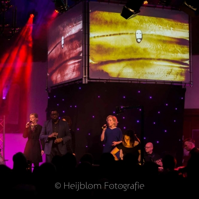 HEIJBLOM FOTOGRAFIE-evenementenfotografie-passie-van-pasen-'s-Gravendeel-podium-zandprinses-en-zangers
