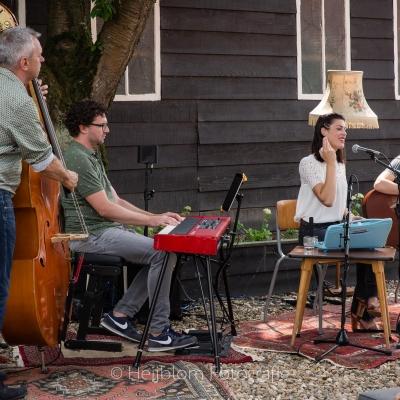 HEIJBLOM FOTOGRAFIE-Door-Visser-Music-optreden-Numansdorp-met-bassist-en-zangeres-met-eitje