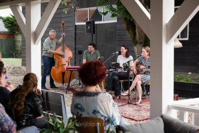 HEIJBLOM FOTOGRAFIE-Tuinconcert-Door Visser-Music-publiek-geniet-van-de-muziek-en-zangeres-lacht