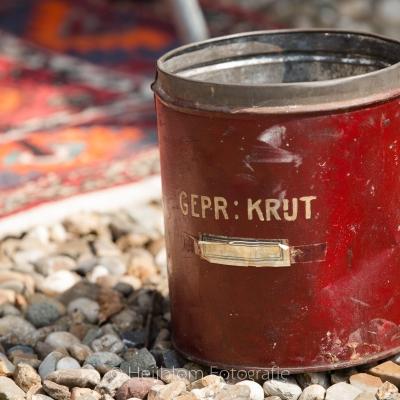 HEIJBLOM FOTOGRAFIE-oud-rood-blik-op-het-grint-met-perzisch-tapijtje-voor-de-bijdrage-concert-Door Visser