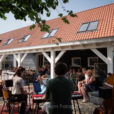 HEIJBLOM FOTOGRAFIE-Tuinconcert-Door Visser-Music-publiek-luistert-aandachtig-naar-de-mooie-muziek