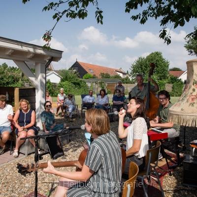 HEIJBLOM FOTOGRAFIE-jazz-zingen-in-de-tuin-onder-de-boom-en-naast-een-schemerlamp-door-Door Visser-Music