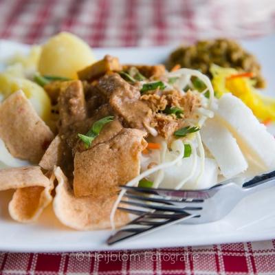 HEIJBLOM FOTOGRAFIE-bord-met-veganistisch-eten-op-de-Peerdegaerdt