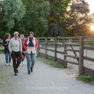 HEIJBLOM FOTOGRAFIE-wandelen-op-de-Peerdegaerdt-tijdens-gouden-uurtje